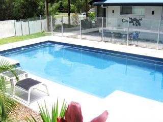 AC, Luxury, Pets, WIFI, 3 mins from the beach, Heated pool ~ Coolum House