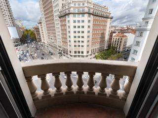 NEW REFURNISHED large and stunning  Gran Via St.Center, 6 balconies