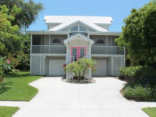 January Sale!! WALK TO BEACH, new POOL, Marco Island