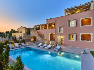 Luxurious villa with heated pool,gym & sauna