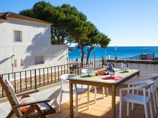 Beautiful apt,  spectacular sea views, sleeps 5+, Tamariu