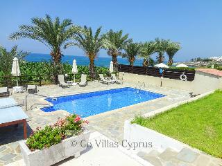 Seafront 3BR comfortable villa, private pool, wifi, Kissonerga