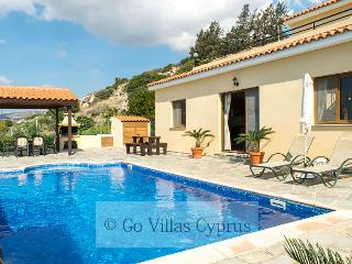 3BR villa, private pool, Breathtaking sunset views, Kissonerga