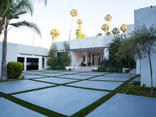 *Beverly Hills Modern Estate- Tennis Court & Pool*, Los Ángeles