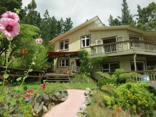 Hillside Getaway-Home, Tipi, & Housetruck,  Takaka