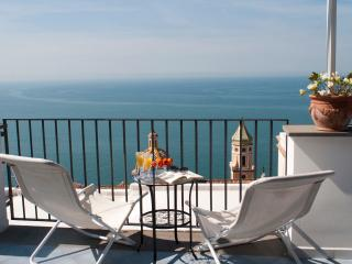 Beautiful renewed Apartment with garden, BBQ and Jacuzzi, Praiano