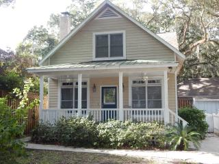 Charming Cottage Near Village Area, Saint Simons Island