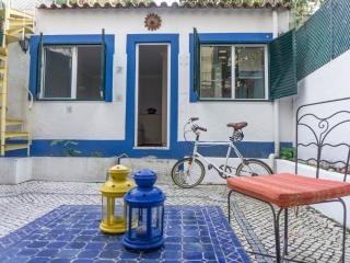 Charming typical flat w. patio, suite and terrace, Lisboa
