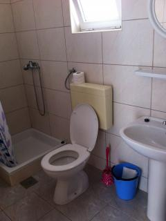 B(2+2): bathroom with toilet