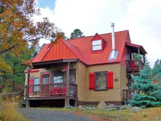 ACORN COTTAGE LOG CABIN, GORGEOUS VIEWS, HOT TUB, SKI & RIVER NEARBY, ROMANTIC