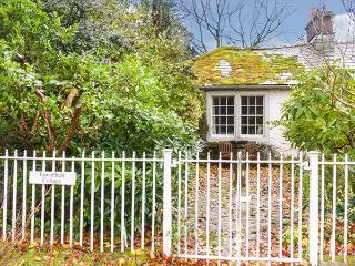 TOWNHEAD COTTAGE, romantic cottage, open fire, private garden, walks from the do