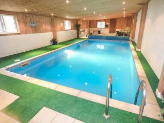 ASH COTTAGE, shared swimming pool, off road parking, garden, WiFi, Hope, Ref 929510