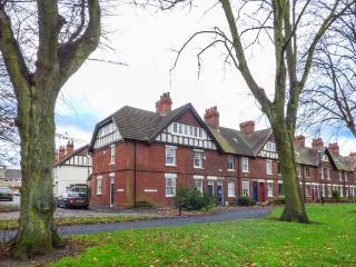THE HOUSE ON THE GREEN, end-terrace, pet-friendly, patio, WiFi, log burning stove, Derby Ref 930021