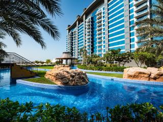 Luxury apartment on Palm Jumeira with own Beach, Dubái