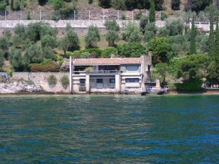 Villa Coccodrilla, waterfront villa with dock, Gargnano