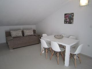 Modern spacious apartment near beach for up to 8, Novalja