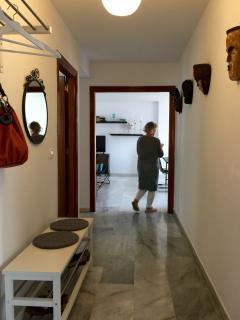 Inbjudande hall med plats för skor, väskor och jackor.