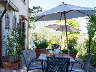 Detached Tuscan villa with private garden