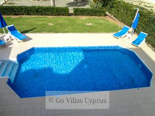 4BR Seafront villa, panoramic coast view,pool,wifi, Argaka