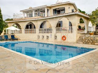 4BR Villa, walking distance to beach and amenities, Peyia