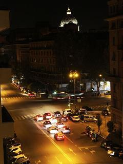 vista romantica di notte del Vaticano e della cupola di San Pietro dalla finestra del salotto