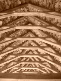 Charpente traditionnelle sous les toits de lauzes