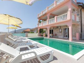 Budget house with pool, 1 km from city centre, Trogir