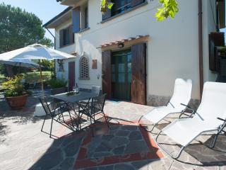 LA MEZZANA APPARTMENT WITH TERRACE AND SHARED POOL