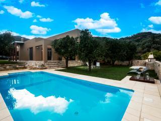 Beautiful villa with 3 bdrms, pool & garden nr sea, Platanias