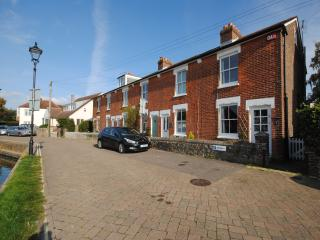 Historic cottage overlooking the serene mill pond., Emsworth