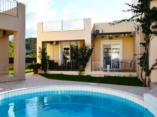 Villa 100mt from beach,common pool,1 bedroom, wifi,bbq