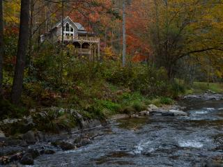 Rustic meets luxe-Riverfront- on Appalachian Trail, Hot Springs