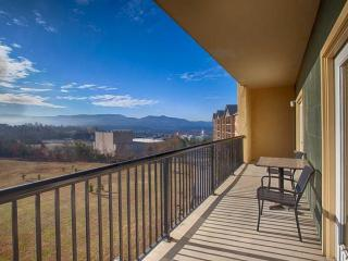 Mountain Views! Indoor/Outdoor Pool, Perfect Family Getaway, Close to Parkway, L