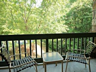 Couples Retreat in Gatlinburg - Community Pool - Wooded Views - Picnic Area!