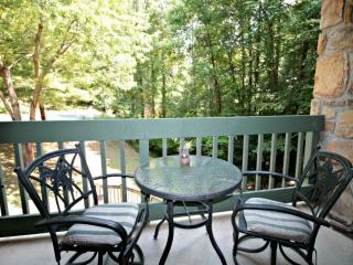 Couples Retreat! By the Stream with Wooded Views - Jacuzzi Tub - Community Pool - WiFi, Gatlinburg