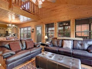 Cajun Cabin 3BR/2BA Minutes to Pigeon Forge! Hot Tub & 2 Master Suites