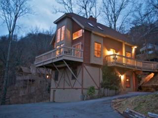 Firefly ~ Book for Fall - Smoky Mountain Retreat! Hot Tub - WiFi - Game Room!, Gatlinburg