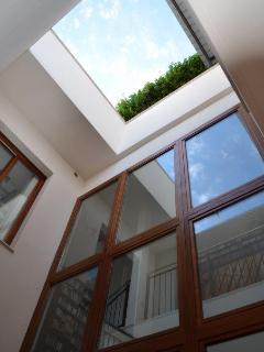 Jerez Townhouse - Sky light above and window wall