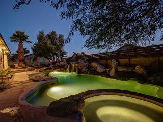 5 BDRM Luxury Estate-Heated Pool/Spa/Putt/Sleep 16, Scottsdale