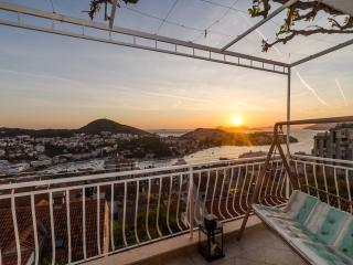 Magical Sunset Place - Three Bedroom Apartment with Balcony and Sea View, Dubrovnik