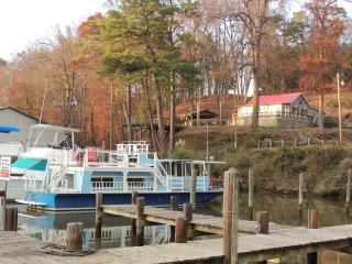 Warm, quiet, private and cozy 50' houseboat in a historic marina country setting