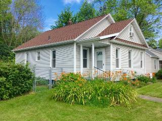 South Zoo is a family and dog friendly property, Four Blocks to the Beach. Weekly Stays begin on Sundays., South Haven