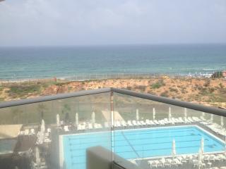 Beautiful 2 room apt on the tzuk beach west hotel, Tel Aviv