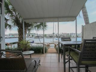 Water Front Townhouse with Private Lanai Views of Naples Bay, Nápoles