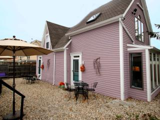 Periwinkle Cottage #1 - OPEN ALL YEAR, walk to everything, parking, wifi, quiet