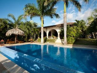 Luxury villa with housekeeping and infinity pool, Santa Cruz
