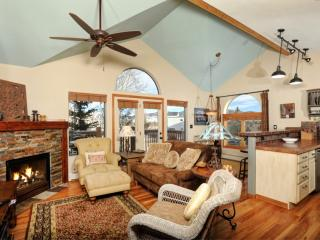Beautifully Decorated Townhome on Lake Dillon Path! Book Now For Fall Foliage, Holidays, Ski Season, Frisco