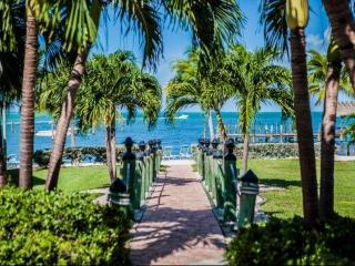 **Fall Promo** Family Friendly Executive Bay Townhome with Beach & Pool, Islamorada
