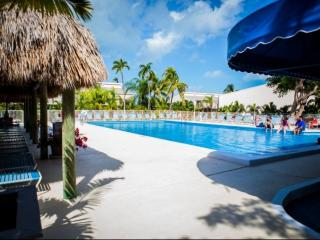 Spacious Townhouse with pool at the Executive Bay Club, Islamorada