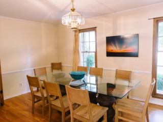 GRACIOUS 4BD/2BA Mt Pleasant Hm-Dog Friendly-Bright & Convenient!, Mount Pleasant